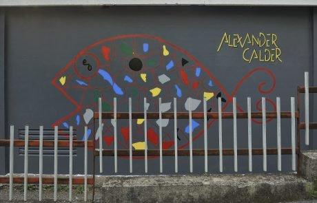 Pesce di Alexander Calder riprodotto su Cabina Enel