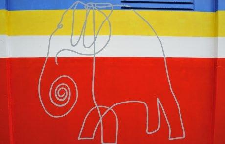 Elefante di Alexander Calder riprodotto su Cabina Enel